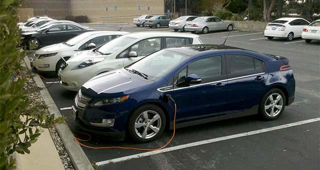 Chevy-Volt-Nissan-Leaf